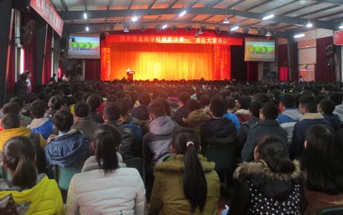 生命学院学子在龙岗中学礼堂进行招生宣讲-开展优秀学子回访母校活动图片 69887 500x314