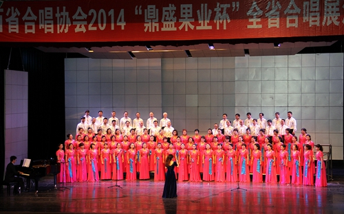 另一首俄语演唱的俄罗斯著名民歌《卡林卡》节奏明快,气氛热烈,团员们