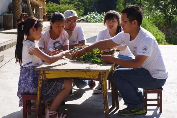 """7月29日,在世界自然基金会资助下和共青团陕西省委、省林业厅支持下,由西北农林科技大学牵头组织和发起的2015WWF""""秦岭青年使者""""活动圆满结束。至此,这项依靠西北农林科技大学的学科优势和科技力量,在陕西秦岭大熊猫保护区开展针对秦岭大熊猫栖息地周边社区服务的大学生志愿者活动已走过十年历程。   2015WWF""""秦岭青年使者""""活动以""""绿动秦岭,行动在我""""为主题,为期10天时间,有包括120名西北农林科技大学师生以及来自西安交通大学、"""