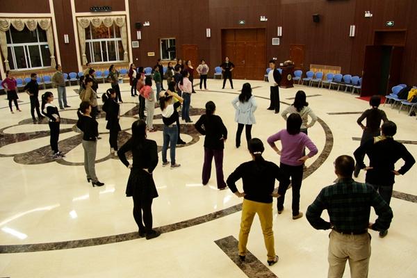 交谊舞培训会现场   晚19:00刚过的北校区李秀厅,熙熙攘攘,一百余位教职工端坐在座位上仔细聆听来自校工会的老师关于交谊舞的理论知识解读。老师生动、风趣的讲解,让专业知识立刻变得生动起来,赢得学员们的阵阵掌声。  瑜伽培训会现场   同时,为方便各单位教职工参加学习,瑜伽培训采取深入基层单位、巡回培训计划。在不耽误教学科研等工作任务的前提下,自主选择培训时间和地点,校工会依次安排培训时间,轮流进行培训。每个单位安排7次课程,每次1小时瑜伽体验课。截止目前,已有10个学院进行了培训预约,其余单位的培