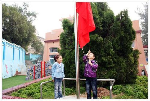 【幼儿园】举行升国旗仪式